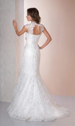 Свадебное платье «рыбка» с ажурным вырезом на спинке и оригинальным атласным поясом.