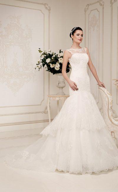 Закрытое свадебное платье с ажурной отделкой и пышным силуэтом «рыбка».