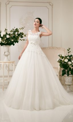 Пышное свадебное платье с декором из плотного кружева по корсету.
