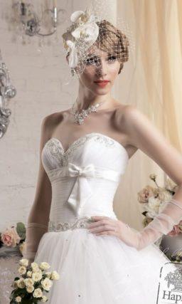 Пышное свадебное платье с узким атласным поясом с бантом прямо под лифом-сердечком.
