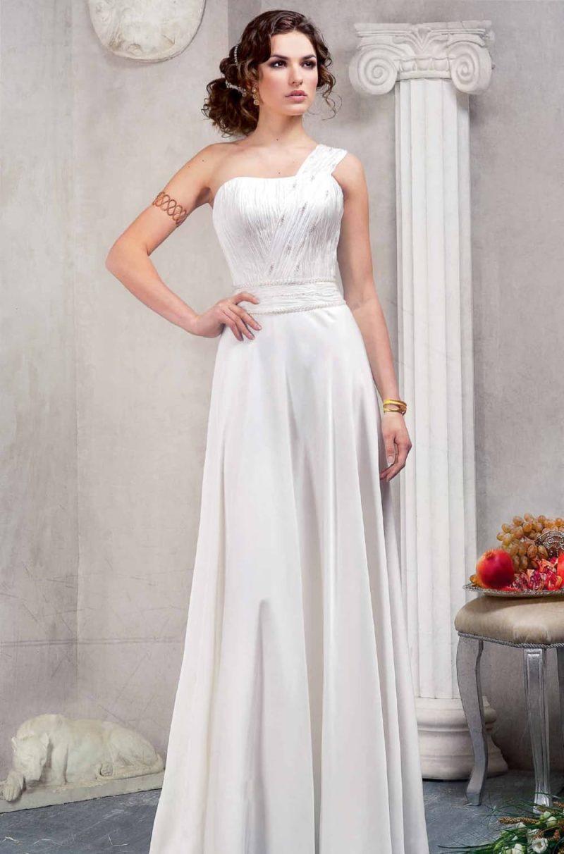 Прямое свадебное платье с драпировками на корсете и широкой асимметричной бретелью.