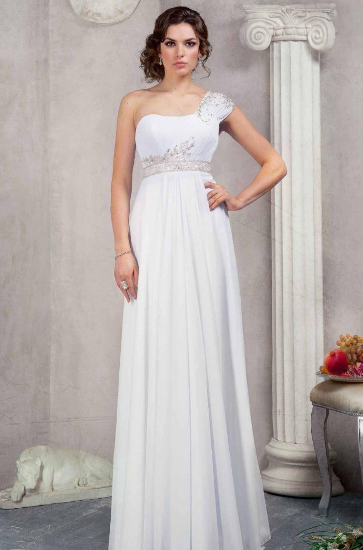 Свадебное платье в ампирном стиле с широкой асимметричной бретелькой и поясом, покрытым бисером.