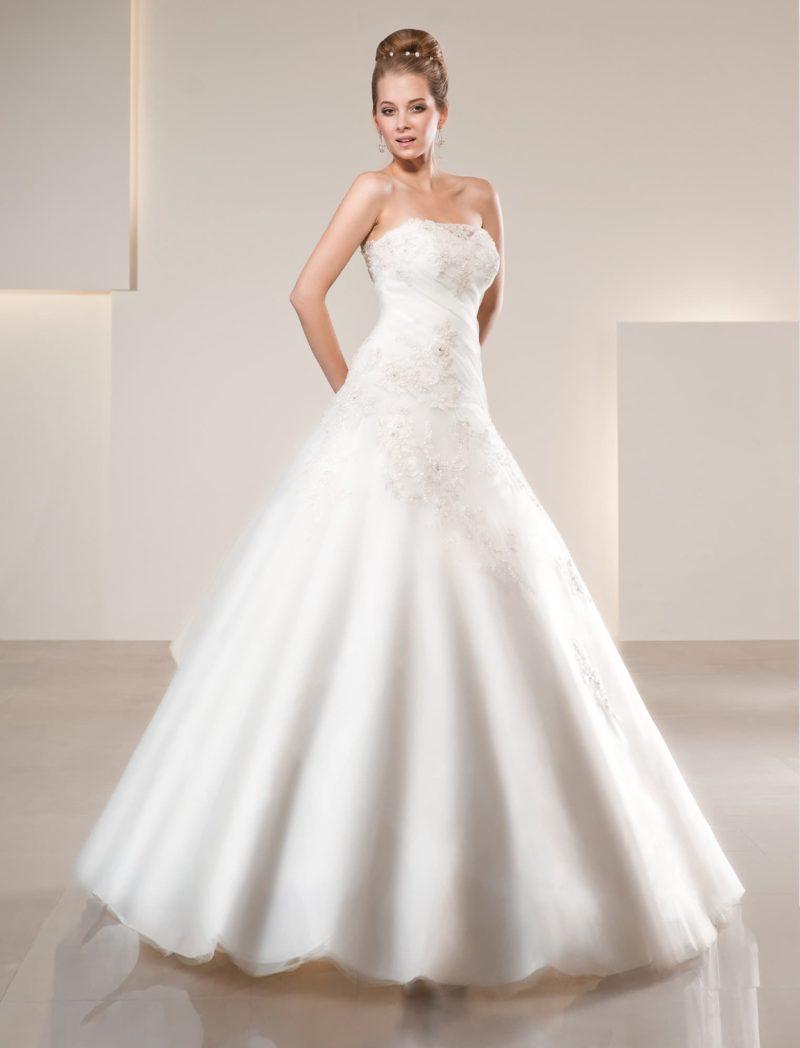 Свадебное платье силуэта «принцесса» с лифом в форме сердечка, покрытым кружевом.