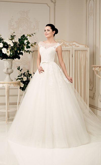 Закрытое свадебное платье с пышным силуэтом и кружевной отделкой.
