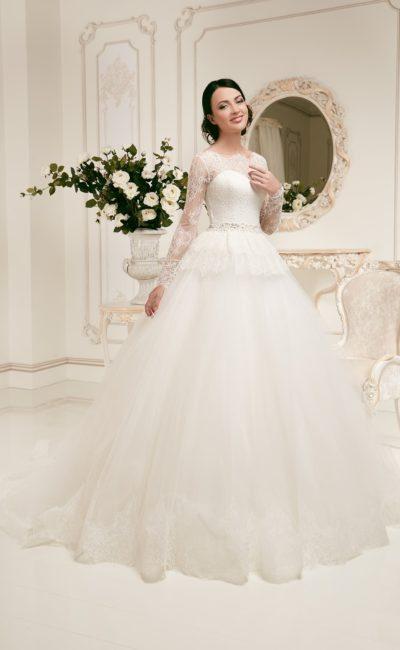 Пышное свадебное платье с длинными ажурными рукавами и объемной баской.