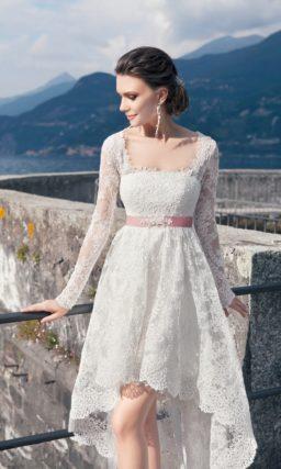 Короткое свадебное платье с кружевным шлейфом, длинными рукавами и розовым поясом.