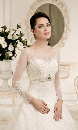 Свадебное платье силуэта «принцесса» с длинными полупрозрачными рукавами.