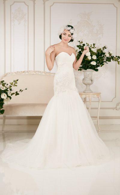 Открытое свадебное платье «рыбка» с отделкой из кружевных аппликаций.