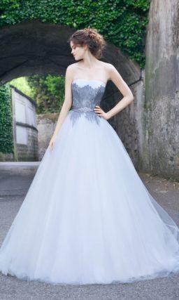 Свадебное платье «принцесса» с оригинальным декором голубым кружевом в области талии.