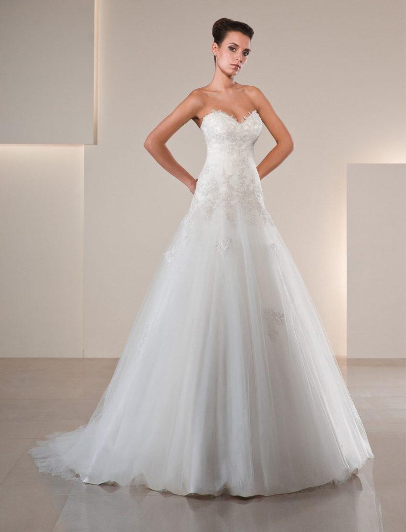 Свадебное платье «принцесса» с открытым корсетом с лифом в форме сердца, украшенным кружевом.