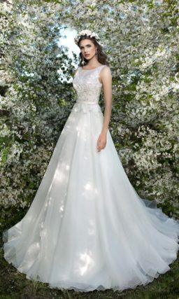 Свадебное платье «принцесса» с длинным шлейфом и фактурным декором закрытого лифа.