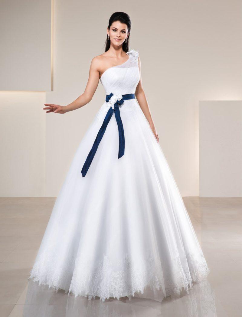 Свадебное платье «принцесса» с асимметричным лифом и широким синим поясом из атласа.