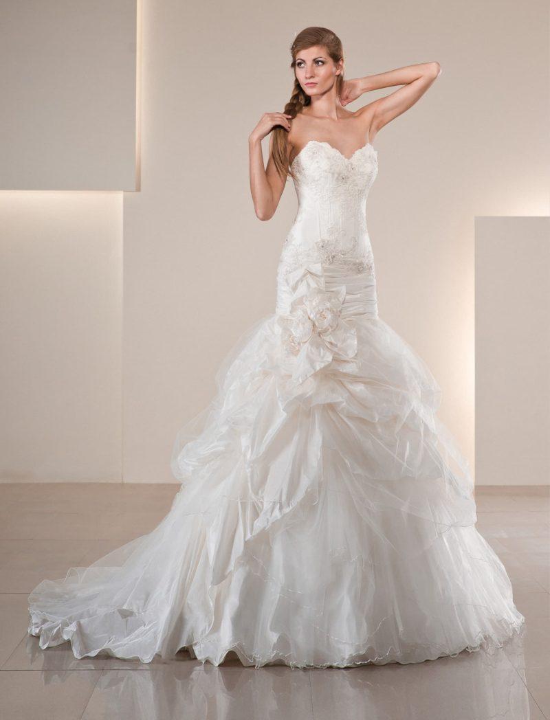 Драматичное свадебное платье «рыбка» с фактурными складками по подолу юбки со шлейфом.