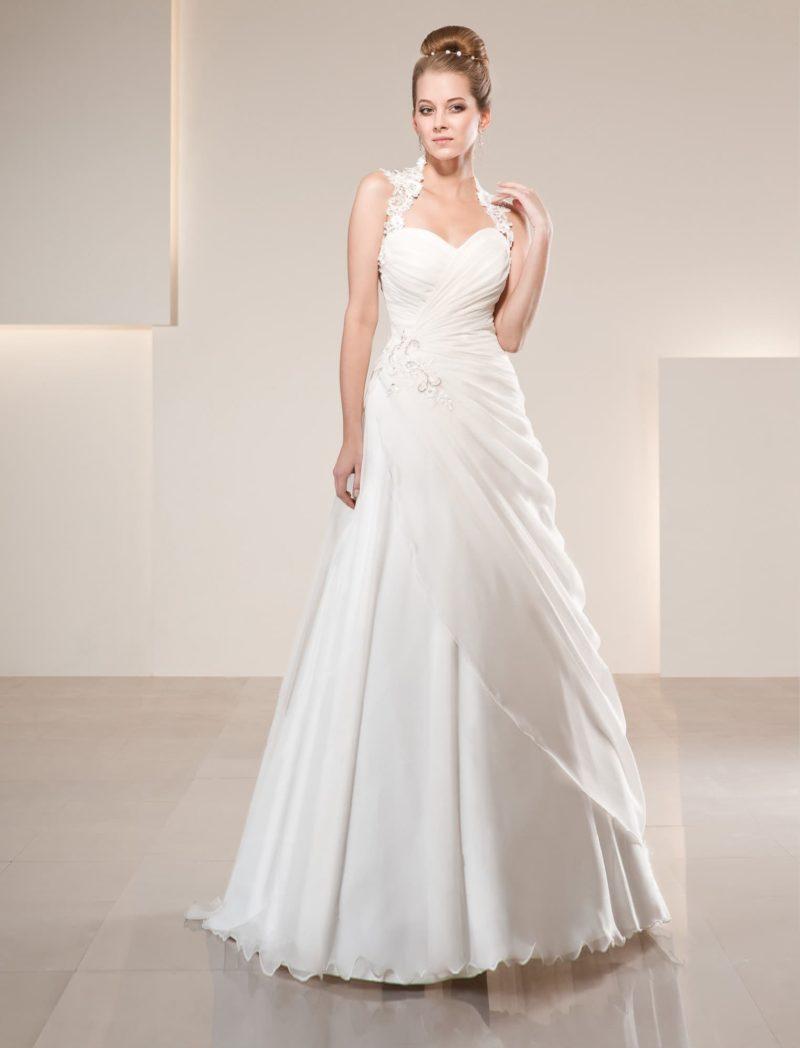 Свадебное платье «принцесса» с драпировками и широкими кружевными бретелями.
