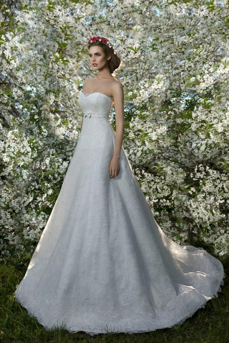 Классическое свадебное платье с силуэтом «принцесса» и узким поясом на талии.
