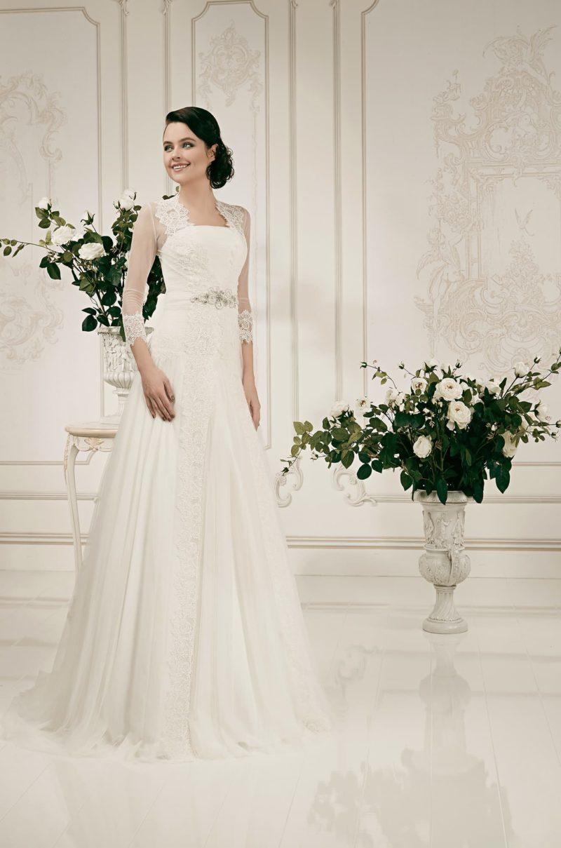 Прямое свадебное платье с элегантным полупрозрачным болеро с длинным рукавом.