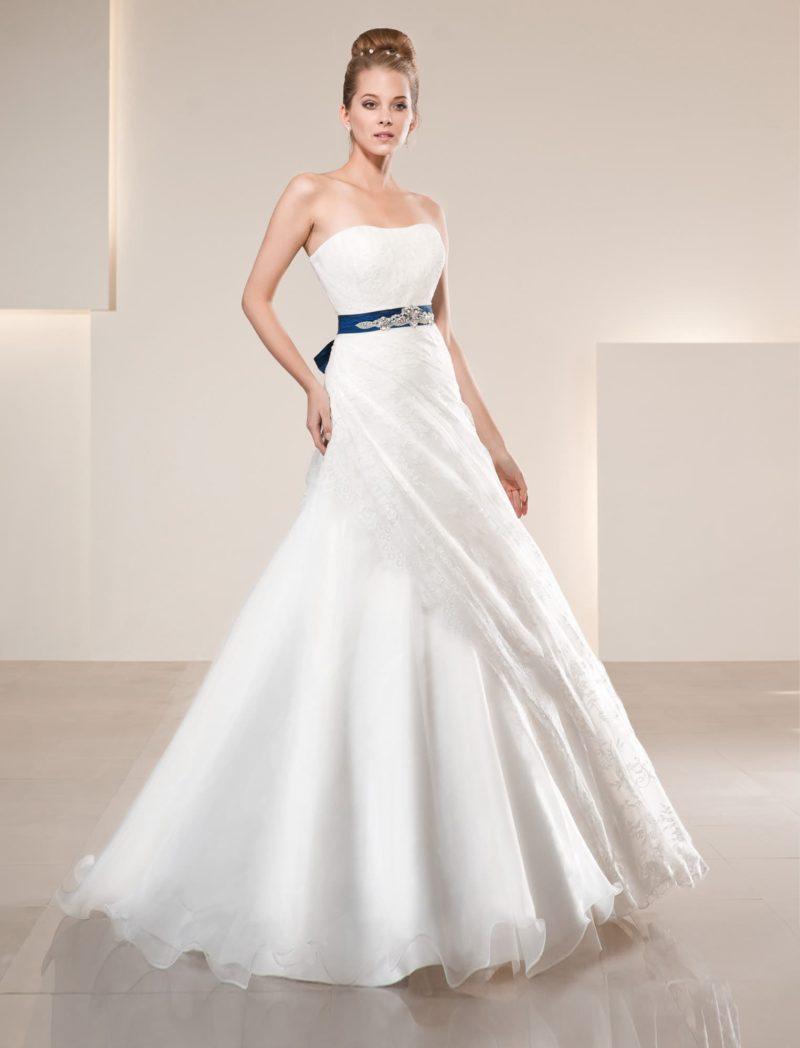 Свадебное платье силуэта «принцесса» с асимметричным декором юбки и цветным поясом.