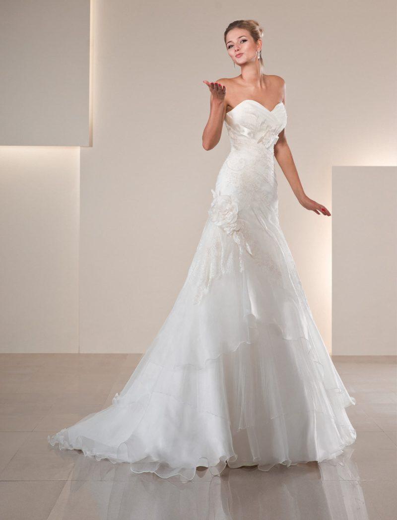 Открытое свадебное платье «рыбка» с атласным поясом и полупрозрачными оборками на юбке.