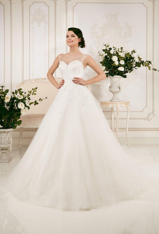 Пышное свадебное платье с отделкой полупрозрачной тканью с вышивкой.