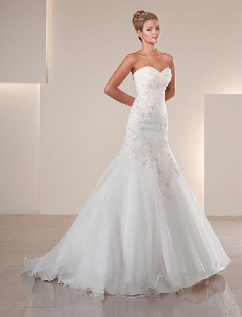 Свадебное платье силуэта «рыбка» с кружевной отделкой на открытом корсете.