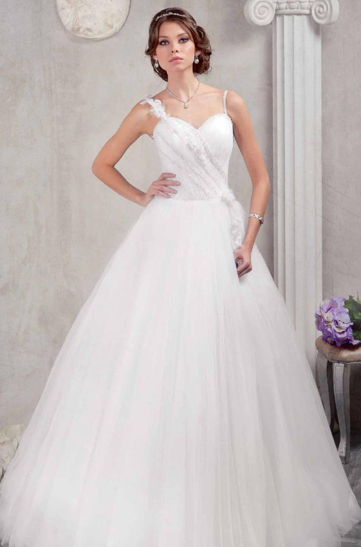 Свадебное платье с силуэтом «принцесса» и объемной отделкой по открытому корсету.