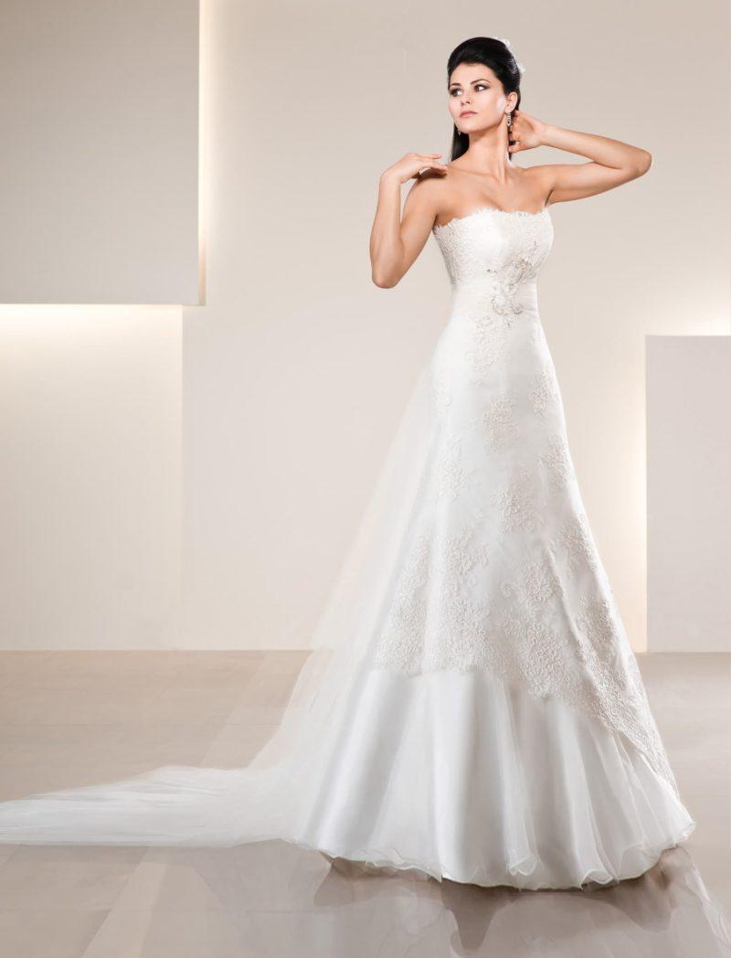Свадебное платье с кружевным лифом прямого кроя и многослойной юбкой.
