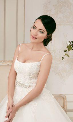 Пышное свадебное платье с открытым лифом, дополненным бретелями-спагетти.