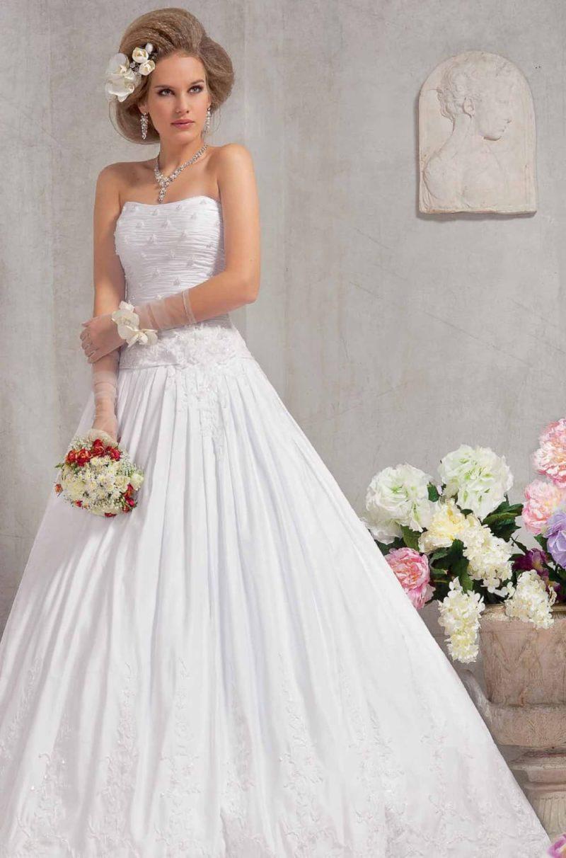 Стильное свадебное платье силуэта «принцесса» из фактурной ткани с открытым корсетом.