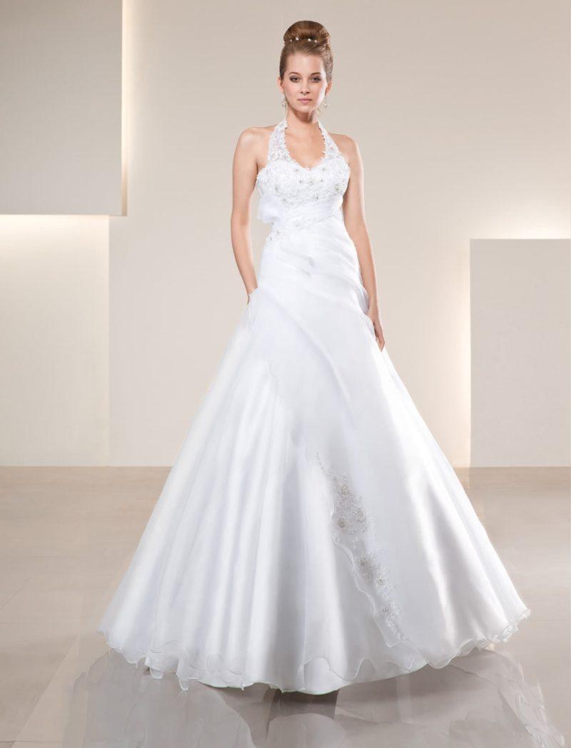 Глянцевое свадебное платье силуэта «принцесса» с американской проймой.