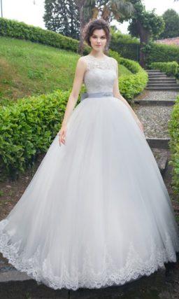 Элегантное свадебное платье пышного силуэта с лиловым поясом и кружевным декором лифа.