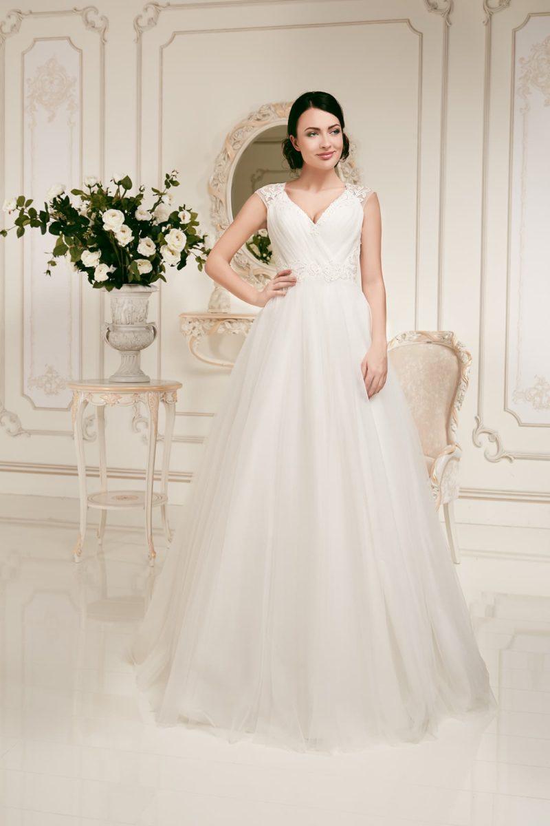 Свадебное платье силуэта «принцесса» с драпировками на корсете и кружевными бретелями.