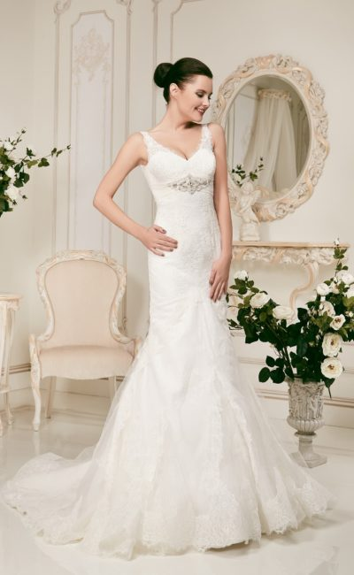 Свадебное платье силуэта «рыбка» с изящным V-образным вырезом.