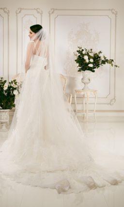 Кружевное свадебное платье с силуэтом «принцесса» и ажурными бретелями.
