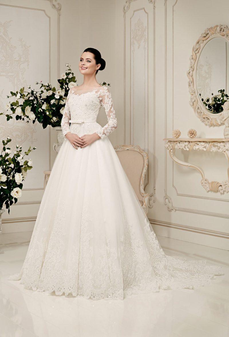 Закрытое свадебное платье силуэта «принцесса» с длинными ажурными рукавами.