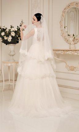 Свадебное платье силуэта «принцесса» с округлым вырезом, оформленным кружевом.