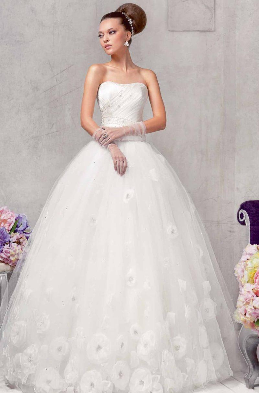 Пышное свадебное платье с бисерным узором на корсете и аппликациями на юбке.