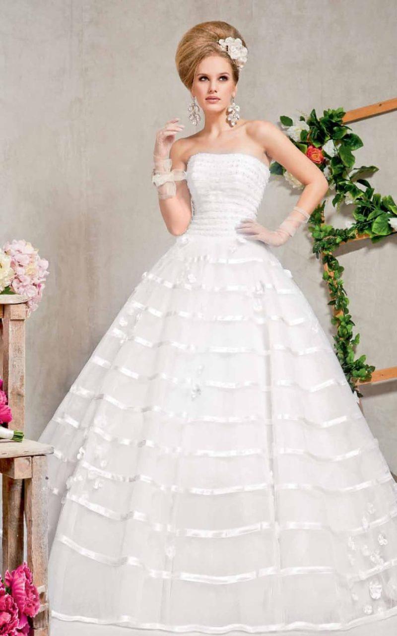 Пышное свадебное платье с декором из глянцевой тесьмы по всему подолу.