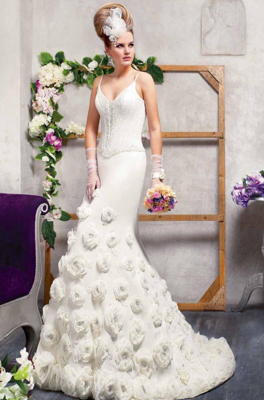 Свадебное платье силуэта «рыбка» с отделкой из пышных бутонов по подолу и изящным лифом.