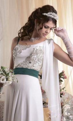 Оригинальное свадебное платье в ампирном стиле, с расшитым лифом и широким цветным поясом.