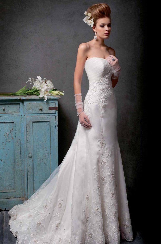 Прямое свадебное платье с открытым лифом, украшенное вышивкой по всей длине.
