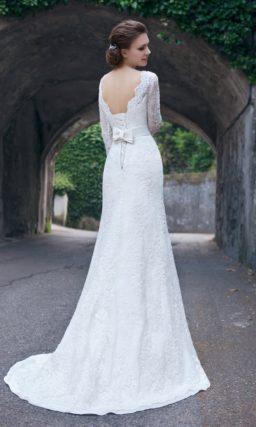 Прямое свадебное платье с длинным шлейфом и открытой спинкой, а также длинными рукавами.