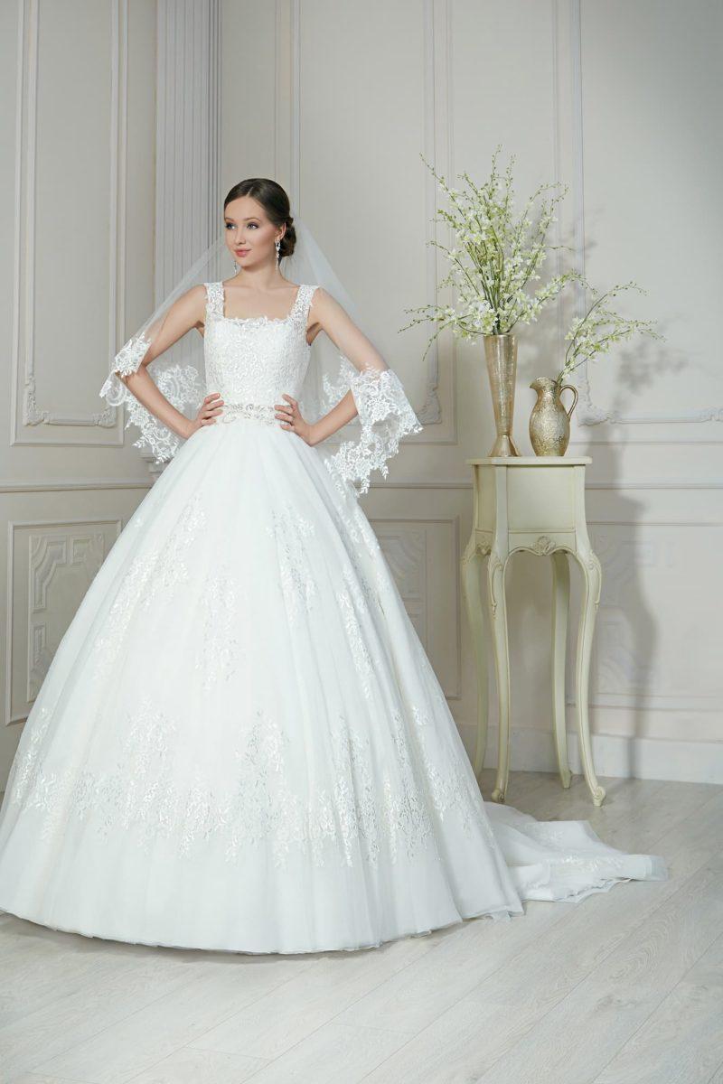 Пышное свадебное платье с вырезом каре и декором из глянцевого кружева по корсету.