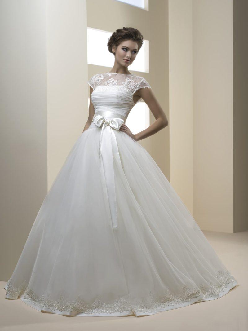 Свадебное платье «принцесса» с небольшим вырезом на спинке и ажурными рукавами.