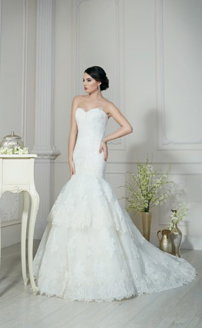Кружевное свадебное платье «рыбка» с юбкой из нескольких уровней полупрозрачной ткани.