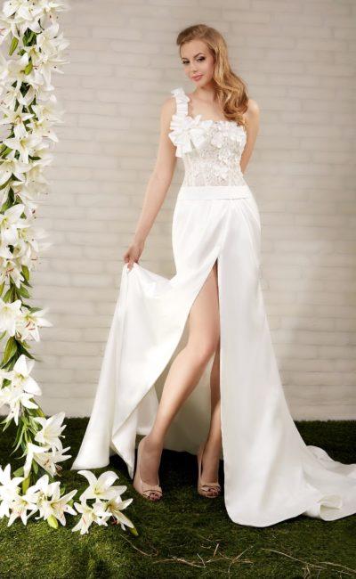 Прямое свадебное платье с атласной юбкой с разрезом и лифом с асимметричной бретелью.