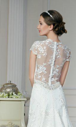 Прямое свадебное платье с V-образным вырезом и короткими облегающими рукавами.