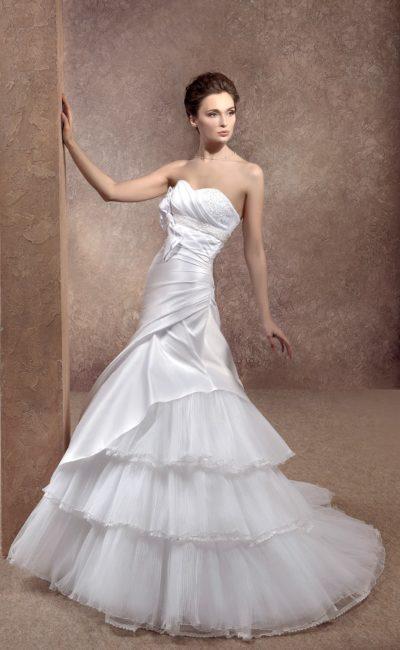 Свадебное платье «принцесса» из глянцевой ткани, с юбкой в несколько уровней и шлейфом.