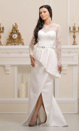 Изысканное свадебное платье с прямым силуэтом, асимметричной баской и разрезом на юбке.