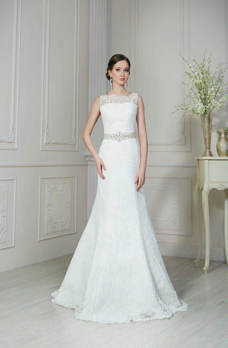 Стильное свадебное платье «рыбка» с ажурным вырезом и широким поясом из атласа.