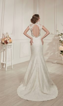 Прямое свадебное платье с кружевной отделкой, V-образным вырезом и декольте на спинке.